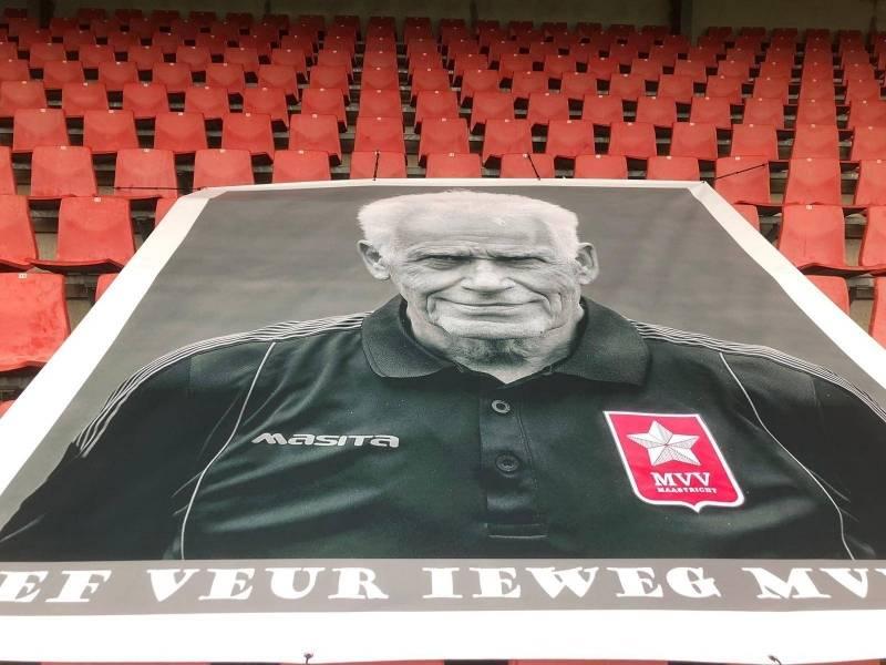 Ook de supporters eren Sef met een eigen spandoek met de tekst: Veur ieweg MVV'er