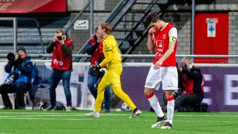 Luc Mares treurt nadat hij de beslissende strafschop heeft gemist.